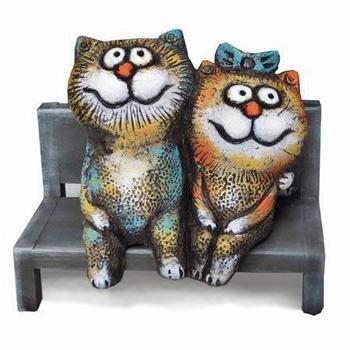 Кот и кошка на лавочке