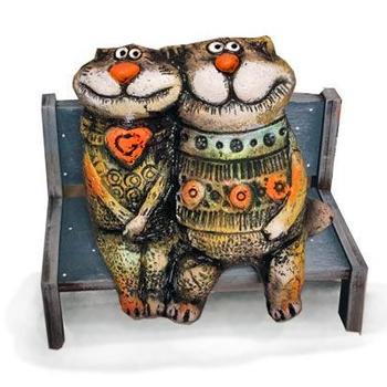 Коты влюблённые на лавочке